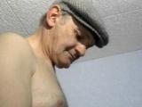 Vidéo porno mobile : Bonniche baisée par un plombier et un vieux !